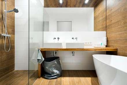 szeregówka po duńsku: styl , w kategorii Łazienka zaprojektowany przez RedCubeDesign