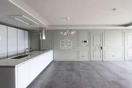 클래식한 유럽풍 아파트 인테리어 46py: 홍예디자인의  거실