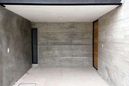 colonial Garage/shed by Apaloosa Estudio de Arquitectura y Diseño