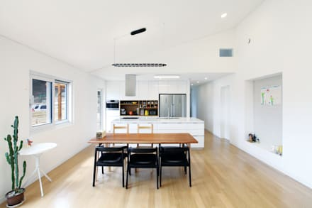 modern Dining room by 춘건축