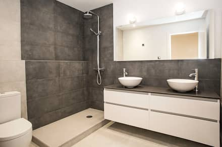 Baño equipado: Baños de estilo industrial de Grupo Inventia