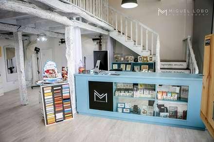 Estúdio Miguel Lobo Photography: Salas multimédia ecléticas por Marta Pedreira Design