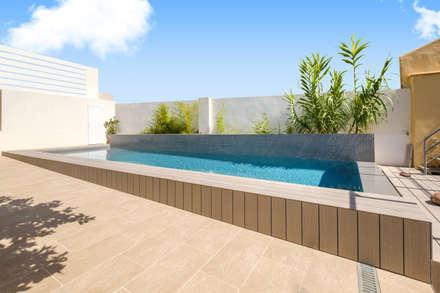 Imagen lateral de la piscina: Piscinas de estilo mediterráneo de Aina Deyà _ architecture & design