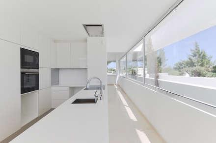 Cinco Terraços e um Jardim: Cozinhas modernas por Corpo Atelier