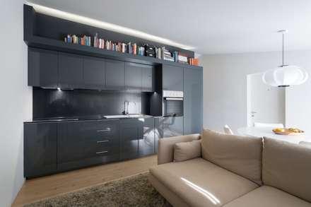 SS Apartment: Salas de estar minimalistas por PAULO MARTINS ARQ&DESIGN