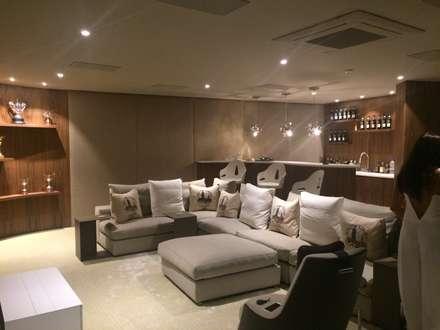 Cinema Room: Salas multimédia modernas por Pure Allure Interior