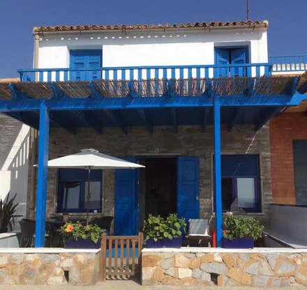 Fachada: Casas de estilo mediterráneo de Anticuable.com