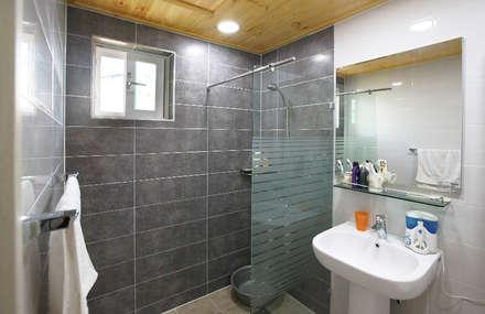 독립성이 확보된 고풍스럽고 세련된 디자인의 클래식스타일[경북 상주]: 지성하우징의  화장실