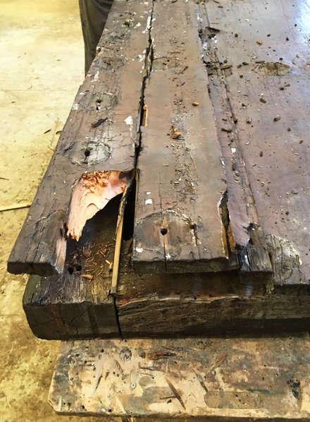 Portón de madera (en proceso de restauración) : Puertas de madera de estilo  de Conely