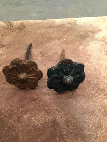 Clavos de forja en forma de flora: Puertas de madera de estilo  de Conely