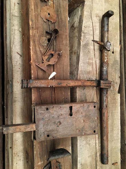 Detalles para puerta sin restaurar: Puertas de madera de estilo  de Conely