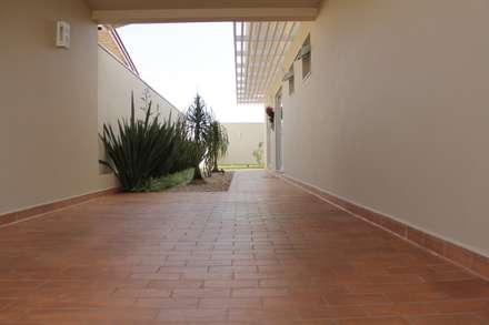 ระเบียงและโถงทางเดิน by canatelli arquitetura e design