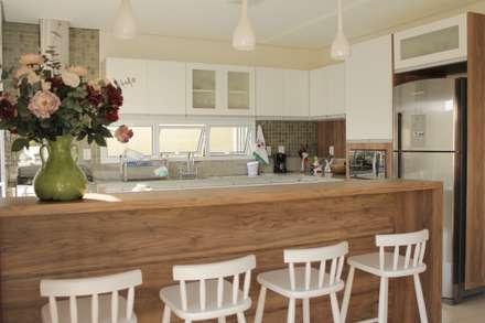 Casa TM : Cozinhas minimalistas por canatelli arquitetura e design