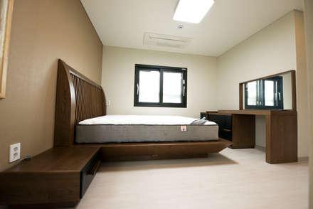 modern Bedroom by 피앤이(P&E)건축사사무소