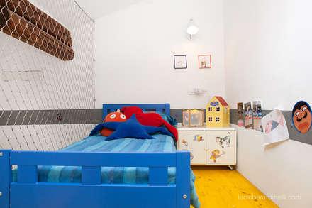 Casa Gion: Stanza dei bambini in stile in stile Moderno di senzanumerocivico
