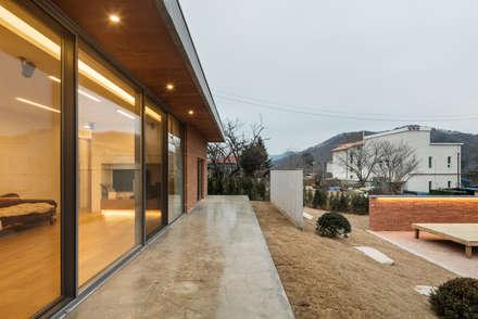 홍천 노일리 주택: 서가 건축사사무소의  발코니, 베란다 & 테라스