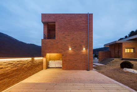 홍천 노일리 주택: 서가 건축사사무소의  정원