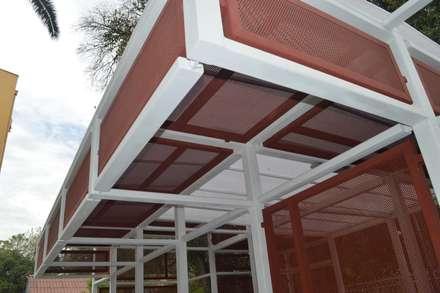 Cobertizo Colegio de La-Salle: Terrazas  de estilo  por Ensamble Arquitectura y Diseño Ltda.
