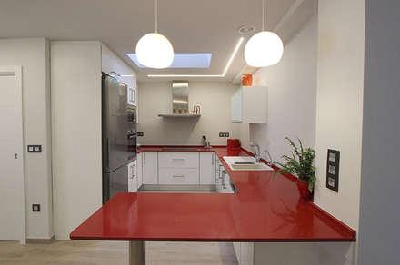 DESPUÉS - COCINA: Cocinas de estilo moderno de Novodeco