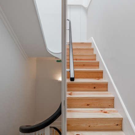 Pasillos y vestíbulos de estilo  por Pedro Ferreira Architecture Studio Lda