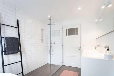 Inloopdouche: scandinavische Badkamer door Bob Romijnders Architectuur & Interieur