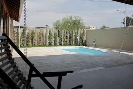 Casa FC: Piscinas ecléticas por canatelli arquitetura e design