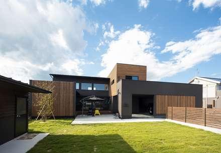 ディスプレイガレージのある家: TKD-ARCHITECTが手掛けた家です。