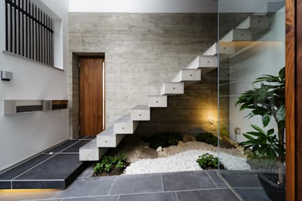 VERTICAL HOUSE (縦格子の家): MITSUTOSHI   OKAMOTO   ARCHITECT   OFFICE 岡本光利一級建築士事務所が手掛けた廊下 & 玄関です。