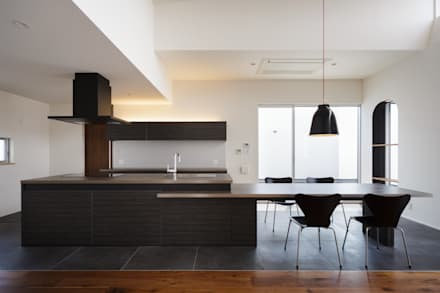 eclectic Kitchen by MITSUTOSHI   OKAMOTO   ARCHITECT   OFFICE 岡本光利一級建築士事務所