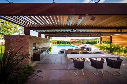 Garden Le Monde: rustic Pool by Alessandro Isola Ltd
