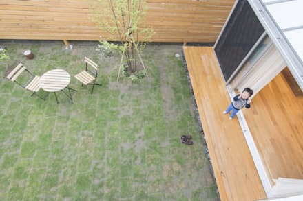 二階からリビングデッキと庭を見下ろす: 加藤淳一級建築士事務所が手掛けた庭です。
