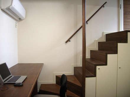 書斎の箱階段: シーズ・アーキスタディオ建築設計室が手掛けた玄関・廊下・階段です。