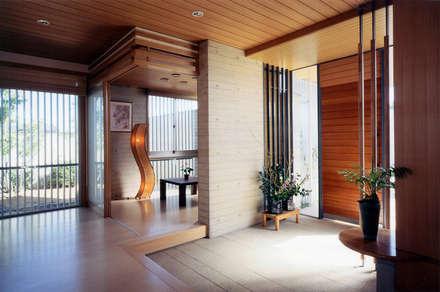 玄関脇の客間: シーズ・アーキスタディオ建築設計室が手掛けた玄関/廊下/階段です。
