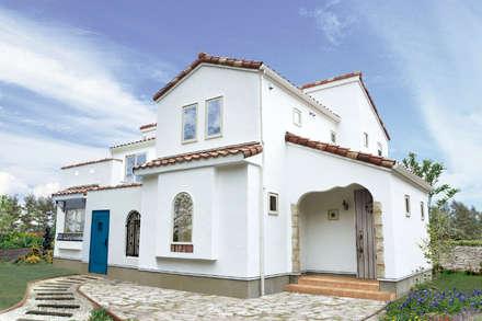 남유럽 안달루시아의 하얀마을 미하스에 위치한, 나무와 돌과 새하얀 바름벽의 집. : 주식회사 인듀어홈 코리아의  주택