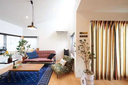 2階に住まう家: 株式会社スタジオ・チッタ Studio Cittaが手掛けたリビングです。