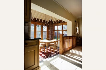 Edwin lutyens styled home with heavy overhanging eaves: rustic Dining room by Des Ewing Residential Architects