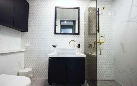 중랑구 상봉프레미어스엠코 럭셔리한 싱글남 홈스타일링: homelatte의  욕실