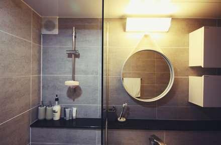 [홈라떼] 신혼부부의 포근한 20평대 아파트 홈스타일링: homelatte의  화장실