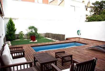 JARDIN CON PISCINA: Piscinas de estilo mediterráneo de PyD Oliván, S.L.