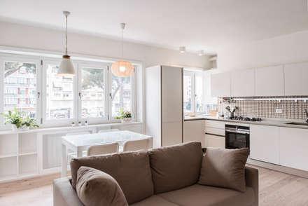 IL SALOTTO: Sala da pranzo in stile in stile Moderno di Archenjoy - Studio di Architettura -