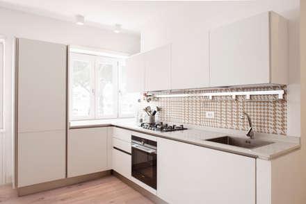 LA CUCINA: Cucina in stile in stile Moderno di Archenjoy - Studio di Architettura -