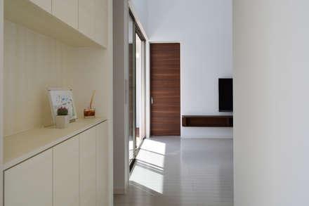 全体が浮かぶ家: 久友設計株式会社が手掛けた玄関・廊下・階段です。