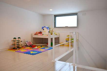 全体が浮かぶ家: 久友設計株式会社が手掛けた子供部屋です。