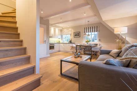 Sanierung & Design einer Ferienwohnung: landhausstil Wohnzimmer von Home Staging Sylt GmbH