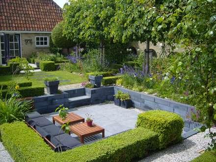 Moderne zitkuil in eigen tuin van tuinontwerper Joke Gerritsma: moderne Tuin door Joke Gerritsma Tuinontwerpen