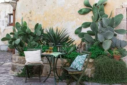 Relooking per un dammuso nella Val di Noto. : Giardino in stile in stile Mediterraneo di Boite Maison