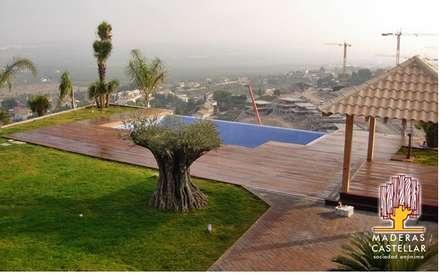 Nuestros famoso suelos..: Piscinas de estilo moderno de Maderas Castellar