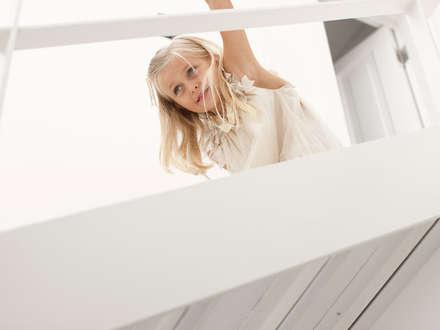 De Waterkant Townhouse: minimalistic Corridor, hallway & stairs by Deirdre Renniers Interior Design