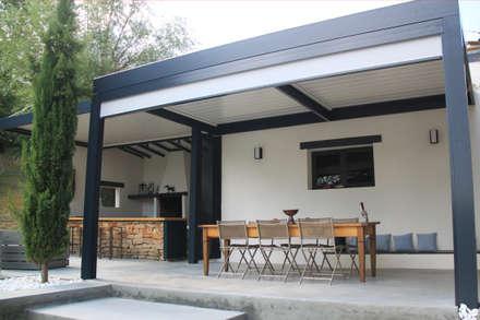 pergola bioclimatique pour la rénovation d'une terrasse: Jardin de style de style Moderne par Koya Architecture Intérieure
