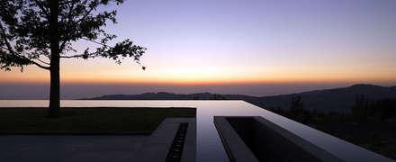 Anlage in Vorderasien, am Mittelmeer.: moderner Pool von Paul Marie Creation
